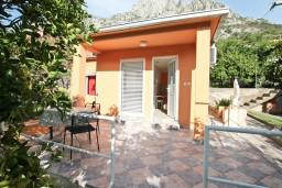 Фасад дома. Боко-Которская бухта, Черногория, Доброта : Уютный домик с отдельной спальней и с террасой
