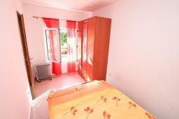 Спальня. Боко-Которская бухта, Черногория, Доброта : Уютный домик с отдельной спальней и с террасой