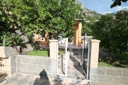 Вход. Боко-Которская бухта, Черногория, Доброта : Уютный домик с отдельной спальней и с террасой