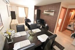 Гостиная. Боко-Которская бухта, Черногория, Муо : Современный апартамент с отдельной спальней, с террасой с видом на море, 20 метров до пляжа
