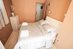 Спальня. Боко-Которская бухта, Черногория, Муо : Современный апартамент с отдельной спальней, с террасой с видом на море, 20 метров до пляжа
