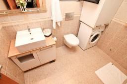 Ванная комната. Боко-Которская бухта, Черногория, Муо : Современный апартамент с отдельной спальней, с террасой с видом на море, 20 метров до пляжа