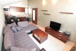 Гостиная. Боко-Которская бухта, Черногория, Муо : Современный апартамент с отдельной спальней, с балконом с видом на море, 20 метров до пляжа