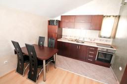 Кухня. Боко-Которская бухта, Черногория, Муо : Современный апартамент с отдельной спальней, с балконом с видом на море, 20 метров до пляжа
