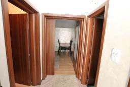 Коридор. Боко-Которская бухта, Черногория, Муо : Современный апартамент с отдельной спальней, с балконом с видом на море, 20 метров до пляжа