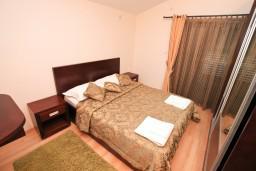 Спальня. Боко-Которская бухта, Черногория, Муо : Современный апартамент с отдельной спальней, с балконом с видом на море, 20 метров до пляжа
