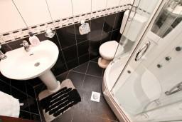 Ванная комната. Боко-Которская бухта, Черногория, Муо : Современный апартамент с отдельной спальней, с балконом с видом на море, 20 метров до пляжа