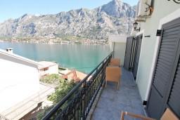 Балкон. Боко-Которская бухта, Черногория, Муо : Современный апартамент с отдельной спальней, с балконом с видом на море, 20 метров до пляжа