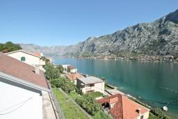 Вид на море. Боко-Которская бухта, Черногория, Муо : Современный апартамент с отдельной спальней, с балконом с видом на море, 20 метров до пляжа