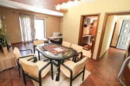 Гостиная. Боко-Которская бухта, Черногория, Муо : Современный апартамент для 5-7 человек, с 2-мя отдельными спальнями, с балконом с видом на море, 20 метров до пляжа