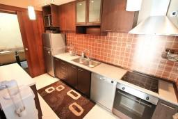 Кухня. Боко-Которская бухта, Черногория, Муо : Современный апартамент для 5-7 человек, с 2-мя отдельными спальнями, с балконом с видом на море, 20 метров до пляжа