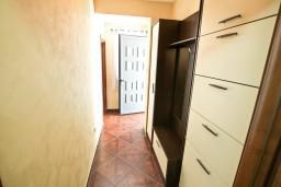 Коридор. Боко-Которская бухта, Черногория, Муо : Современный апартамент для 5-7 человек, с 2-мя отдельными спальнями, с балконом с видом на море, 20 метров до пляжа