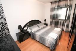 Спальня. Боко-Которская бухта, Черногория, Муо : Современный апартамент для 5-7 человек, с 2-мя отдельными спальнями, с балконом с видом на море, 20 метров до пляжа