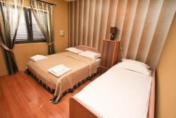 Спальня 2. Боко-Которская бухта, Черногория, Муо : Современный апартамент для 5-7 человек, с 2-мя отдельными спальнями, с балконом с видом на море, 20 метров до пляжа