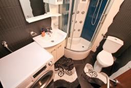 Ванная комната. Боко-Которская бухта, Черногория, Муо : Современный апартамент для 5-7 человек, с 2-мя отдельными спальнями, с балконом с видом на море, 20 метров до пляжа