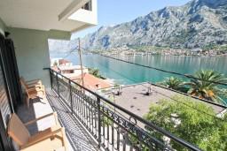 Балкон. Боко-Которская бухта, Черногория, Муо : Современный апартамент для 5-7 человек, с 2-мя отдельными спальнями, с балконом с видом на море, 20 метров до пляжа