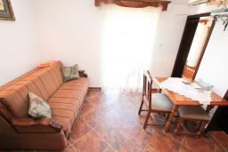 Гостиная. Боко-Которская бухта, Черногория, Муо : Апартамент для 3-4 человек, с 2-мя отдельными спальнями, с 2-мя балконами с шикарным видом на море, 10 метров до пляжа