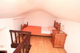 Спальня. Боко-Которская бухта, Черногория, Муо : Апартамент для 3-4 человек, с 2-мя отдельными спальнями, с 2-мя балконами с шикарным видом на море, 10 метров до пляжа