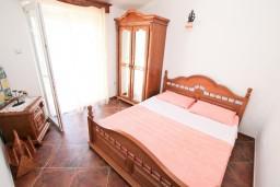Спальня 2. Боко-Которская бухта, Черногория, Муо : Апартамент для 3-4 человек, с 2-мя отдельными спальнями, с 2-мя балконами с шикарным видом на море, 10 метров до пляжа