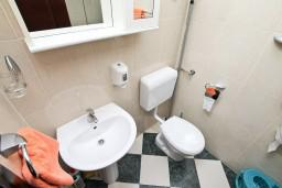 Ванная комната. Боко-Которская бухта, Черногория, Муо : Апартамент для 3-4 человек, с 2-мя отдельными спальнями, с 2-мя балконами с шикарным видом на море, 10 метров до пляжа