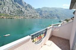 Балкон. Боко-Которская бухта, Черногория, Муо : Апартамент для 3-4 человек, с 2-мя отдельными спальнями, с 2-мя балконами с шикарным видом на море, 10 метров до пляжа