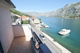 Балкон 2. Боко-Которская бухта, Черногория, Муо : Апартамент для 3-4 человек, с 2-мя отдельными спальнями, с 2-мя балконами с шикарным видом на море, 10 метров до пляжа