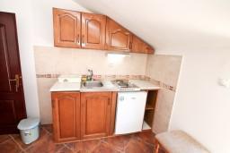 Кухня. Боко-Которская бухта, Черногория, Муо : Апартамент для 4-5 человек, с 2-мя отдельными спальнями, с балконам с шикарным видом на море, 10 метров до пляжа