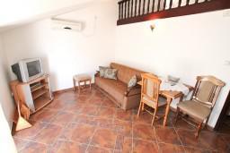 Гостиная. Боко-Которская бухта, Черногория, Муо : Апартамент для 4-5 человек, с 2-мя отдельными спальнями, с балконам с шикарным видом на море, 10 метров до пляжа