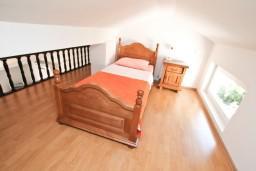 Спальня. Боко-Которская бухта, Черногория, Муо : Апартамент для 4-5 человек, с 2-мя отдельными спальнями, с балконам с шикарным видом на море, 10 метров до пляжа