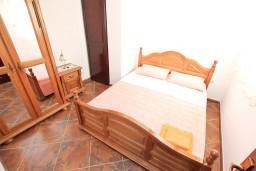 Спальня 2. Боко-Которская бухта, Черногория, Муо : Апартамент для 4-5 человек, с 2-мя отдельными спальнями, с балконам с шикарным видом на море, 10 метров до пляжа