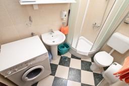 Ванная комната. Боко-Которская бухта, Черногория, Муо : Апартамент для 4-5 человек, с 2-мя отдельными спальнями, с балконам с шикарным видом на море, 10 метров до пляжа