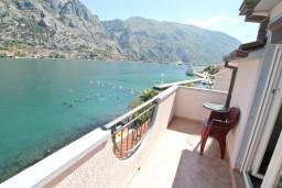 Балкон. Боко-Которская бухта, Черногория, Муо : Апартамент для 4-5 человек, с 2-мя отдельными спальнями, с балконам с шикарным видом на море, 10 метров до пляжа
