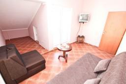 Гостиная. Боко-Которская бухта, Черногория, Муо : Апартамент с отдельной спальней, с 2-мя ванными комнатами, с большой террасой с шикарным видом на море, 10 метров до пляжа