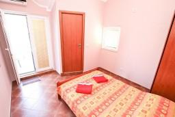 Спальня. Боко-Которская бухта, Черногория, Муо : Апартамент с отдельной спальней, с 2-мя ванными комнатами, с большой террасой с шикарным видом на море, 10 метров до пляжа
