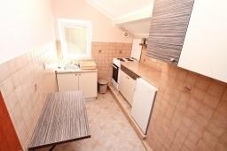 Кухня. Боко-Которская бухта, Черногория, Муо : Апартамент с отдельной спальней, с 2-мя ванными комнатами, с большой террасой с шикарным видом на море, 10 метров до пляжа