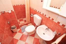 Коридор. Боко-Которская бухта, Черногория, Муо : Апартамент с отдельной спальней, с 2-мя ванными комнатами, с большой террасой с шикарным видом на море, 10 метров до пляжа