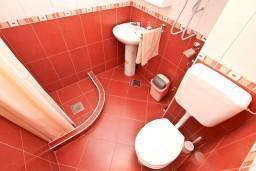 Ванная комната. Боко-Которская бухта, Черногория, Муо : Апартамент с отдельной спальней, с 2-мя ванными комнатами, с большой террасой с шикарным видом на море, 10 метров до пляжа