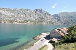 Вид. Боко-Которская бухта, Черногория, Муо : Апартамент с отдельной спальней, с 2-мя ванными комнатами, с большой террасой с шикарным видом на море, 10 метров до пляжа