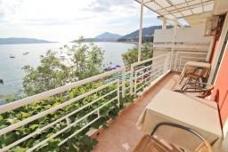 Балкон. Рафаиловичи, Черногория, Рафаиловичи : Большой апартамент для 4-6 человек, с отдельной спальней, с балконом с шикарным видом на море, возле пляжа