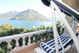 Терраса. Боко-Которская бухта, Черногория, Костаньица : Современный апартамент для 4-6 человек, с 2-мя отдельными спальнями, с большой гостиной, с 2-мя ванными комнатами, с большой террасой с шикарным видом на море, 10 метров до пляжа