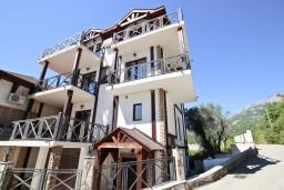 Фасад дома. Бечичи, Черногория, Бечичи : Большой 4-х этажный дом в Бечичи (Борети), площадью 410м2 с 3-мя отдельными спальнями, с большой гостиной-столовой, c гостиной с камином,  с большой гостиной на 4-ом этаже, с 2-мя ванными комнатами, с 5-ю балконами с видом на море