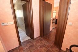 Коридор. Бечичи, Черногория, Бечичи : Большой 4-х этажный дом в Бечичи (Борети), площадью 410м2 с 3-мя отдельными спальнями, с большой гостиной-столовой, c гостиной с камином,  с большой гостиной на 4-ом этаже, с 2-мя ванными комнатами, с 5-ю балконами с видом на море