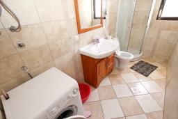 Ванная комната. Бечичи, Черногория, Бечичи : Большой 4-х этажный дом в Бечичи (Борети), площадью 410м2 с 3-мя отдельными спальнями, с большой гостиной-столовой, c гостиной с камином,  с большой гостиной на 4-ом этаже, с 2-мя ванными комнатами, с 5-ю балконами с видом на море