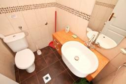 Туалет. Боко-Которская бухта, Черногория, Ораховац : Большой дом в Ораховац, площадью 245м2 с большой гостиной, с 4-мя отдельными спальнями, с 4-мя ванными комнатами, с террасой и 2-мя балконами с видом на море, с местом для барбекю, Wi-Fi, 10 метров до пляжа