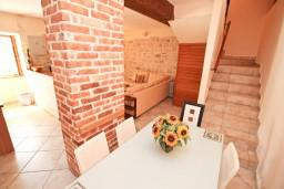 Кухня. Боко-Которская бухта, Черногория, Пераст : Прекрасный каменный дом в Перасте с 3-мя отдельными спальнями, с большой гостиной, с 2-мя ванными комнатами, с большой террасой, с местом для барбекю, Wi-Fi, 20 метров до моря