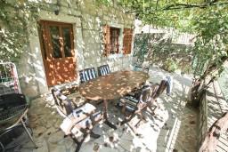 Терраса. Боко-Которская бухта, Черногория, Пераст : Прекрасный каменный дом в Перасте с 3-мя отдельными спальнями, с большой гостиной, с 2-мя ванными комнатами, с большой террасой, с местом для барбекю, Wi-Fi, 20 метров до моря