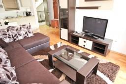 Гостиная. Будванская ривьера, Черногория, Пржно : Современный апартамент с отдельной спальней, с балконом