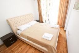Спальня. Будванская ривьера, Черногория, Пржно : Современный апартамент с отдельной спальней, с балконом