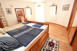 Спальня. Будванская ривьера, Черногория, Петровац : Роскошный апартамент для 4 человек, с 2-мя отдельными спальнями, с 2-мя ванными комнатами, с просторной гостиной, с камином, с большой террасой и балконом с видом на море