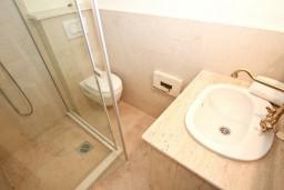 Ванная комната 2. Будванская ривьера, Черногория, Петровац : Роскошный апартамент для 4 человек, с 2-мя отдельными спальнями, с 2-мя ванными комнатами, с просторной гостиной, с камином, с большой террасой и балконом с видом на море